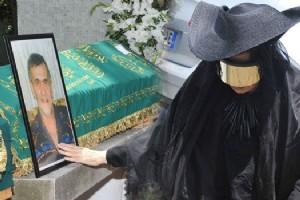 BÜLENT ERSOY MUZAFFER ÖZPINAR'IN CENAZESÝNE BÖYLE KATILDI...