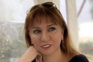 RABÝA BURHAN'IN YENÝ ROMANI 'BÝR GECELÝK GELÝN ÇÝÇEÐÝ' RAFLARDA